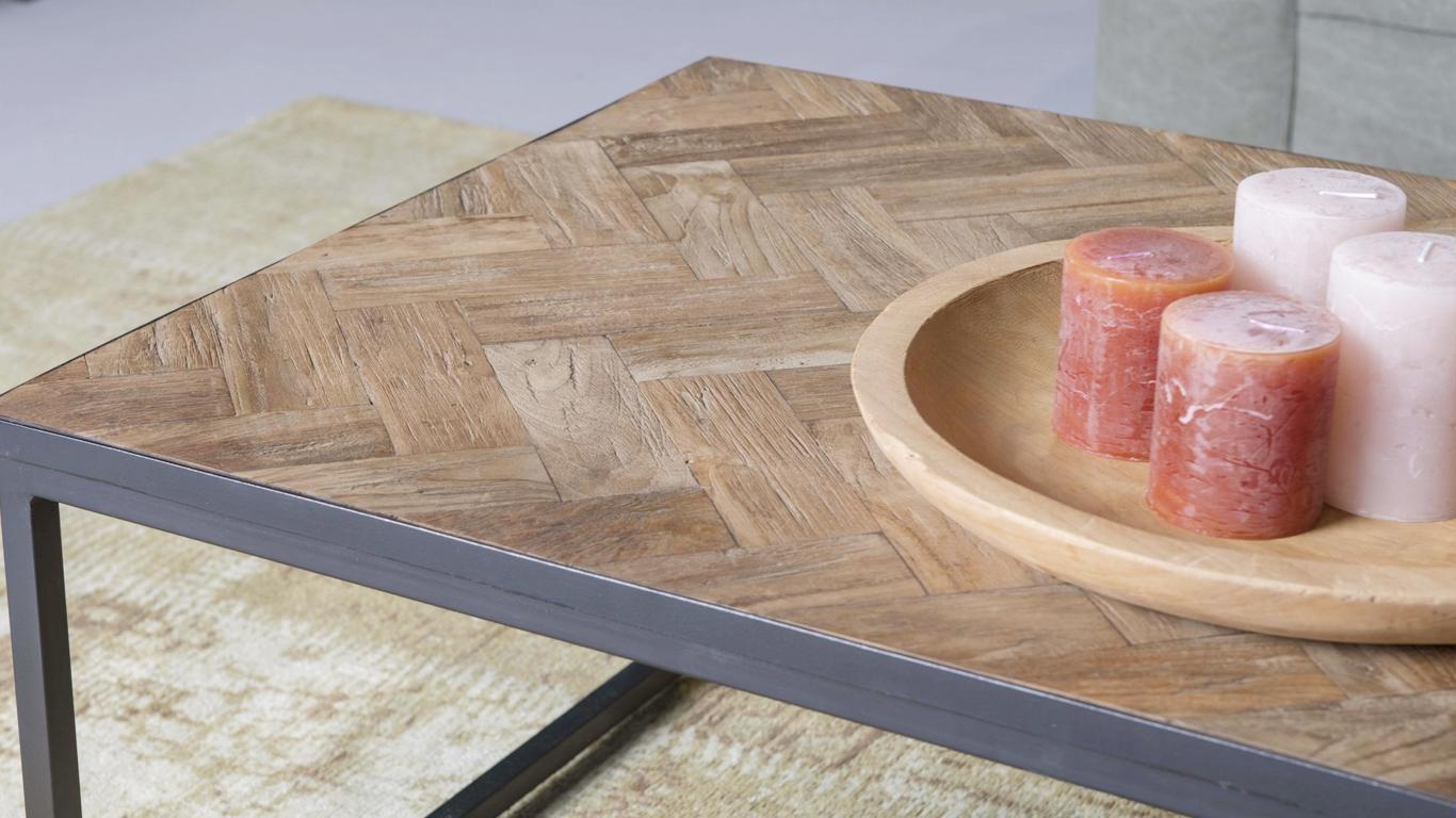 De_opkomst_van_houten_meubelen_met_een_visgraat_patroon